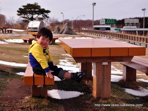 ベンチに座る息子