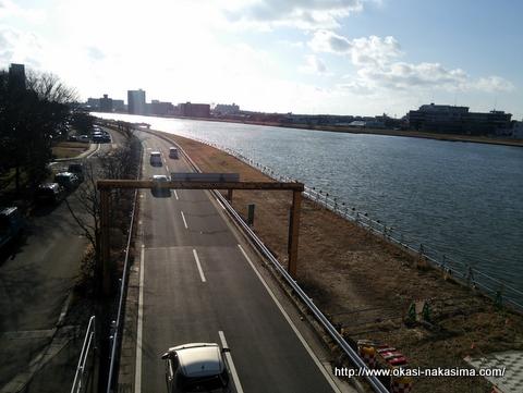橋の下の道路
