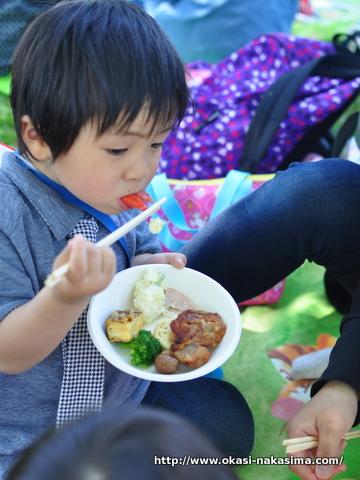 息子お弁当を食べる