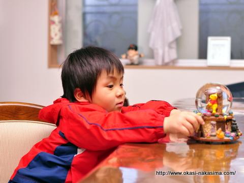 プーさんのオブジェで遊ぶ息子