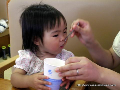 茶碗蒸しを食べる娘