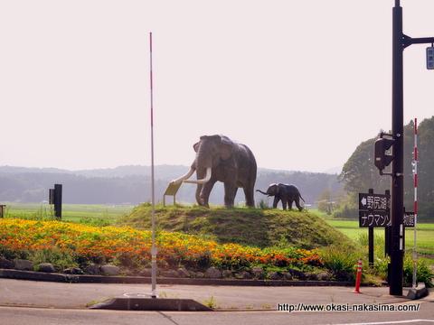ナウマン象の銅像