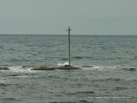 海の中の電柱