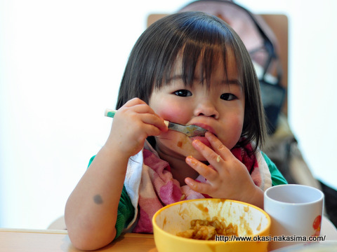 カレーを食べる娘