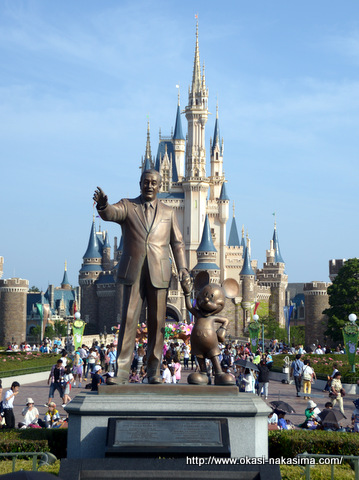シンデレラ城とミッキーの像